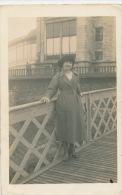 BIARRITZ - Belle Carte Photo Portrait Femme élégante Posant Sur Un Pont à Biarritz - Biarritz