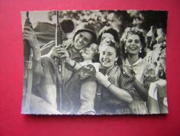 CPSM  MILITARIA  LIBERATION DE PARIS   JOIE PARTAGEE  CLICHE R BERTIN       N° 89  NON VOYAGEE  CARTE EN BON ETAT - Guerra 1939-45