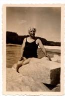 Photo Originale D'une Belle Cinquantenaire En Maillot Assise Sur Un Rocher - Sports