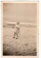 Photo Originale D'une Fillette Blonde Sur  La Plage - Sports