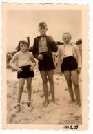 Photo Originale D'enfants Sur La Plage En 1955 - Pin-Ups