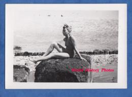 Photo Ancienne - BIARRITZ - Portrait D´une Jolie Fille Qui Prend La Pose Sur Un Roche - Girl Pin Up Sexy Semi Nude - Pin-Ups