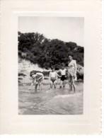 Photo Originale D'une Famille Les Pieds Dans L'eau à La Mer - Femme Et Enfants - Pin-Ups