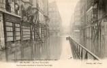 PARIS INONDATIONS DE 1910 LA RUE TRAVERSIERE LES INONDES ATTENDANT LE CANOT DE SAUVETAGE CLICHE RARE - Alluvioni Del 1910