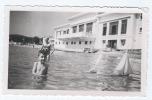 Dans L'eau Avec Les Bateaux Miniatures (modélisme, Maquette), Femme Avec Sa Bouée - Anonymous Persons