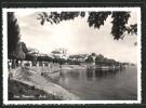 Cartolina Suna, Strandpartie Am Lago Maggiore Mit Blick Auf Die Stadt - Autres Villes