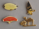 Lot De 4 Pin´s, 3 Gauloises Blondes Et1 Camel. Parachute, Zeppelin, Char à Voile, Dromadaire. - Badges