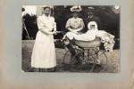 PHOTO ANCIENNE -   Photo Famille -  Enfant Dans Son Landau Avec Sa Nourrice -   (Photo D'une Famille De Renazé - 53) - Photos