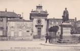 CPA 33 @ LIBOURNE @ Statue Du Duc Decazes Devant La Chapelle Du Carmel - Place Decazes - Libourne
