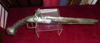 Important pistolet d'officier � silex d�but XVIII�me Somptueusement d�cor� � motifs d'argent.