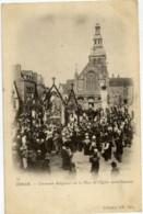 22 DINAN  Cérémonie Religieuse Sur La Place De L´Eglise Saint-Sauveur Très Animée Carte Précurseur - Dinan