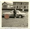 Photographie Originale. Un Homme Devant Une Automobile Renault Floride Ou Caravelle. - Automobiles