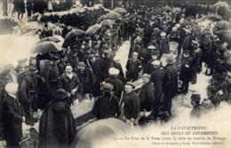 62 Catastrophe Des Mines De COURRIERES La Cour De La Fosse,,,,(Foule,Cercueils) - France