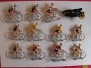 11 Petit Coureurs Du Tour De France En Plastique + Une Moto. - Figurines
