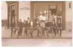 CPA CARTE PHOTO CYCLISTES DEVANT UNE EPICERIE EN BOURGOGNE  RARE BELLE CARTE !! - Cycling