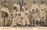 ETRANGER  193 -  CPA  MADAGASCAR Un Vieux Catéchiste  Et Toute Sa Famille Missions Des PP  Jésuites TANANARIVE - Madagascar