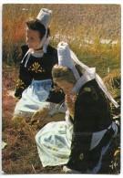 Gracieuses Jeunes Filles En Costume Breton Assises Dans L´herbe - écrite Non Timbrée - 2 Scans - Non Classés