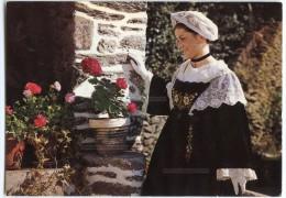 Jeune Fille En Costume De Penvins. Presqu´île De Rhuys- Non écrite - 2 Scans - Sarzeau