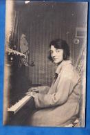 CARTE PHOTO FEMME AU PIANO LIEUX ? - Music And Musicians