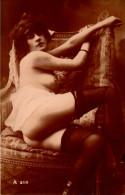 Femme En Tenue Legere - Bas Porte Jarretelle - Fesses Et Seins Nus - Fine Nudes (adults < 1960)