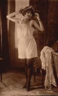 Femme En Tenue Legere - Bas - Prenant La Pause - Fine Nudes (adults < 1960)