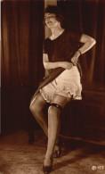 Femme Souriante Jupe Relevee - Bas Porte Jarretiere - Prenant La Pause - Fine Nudes (adults < 1960)