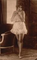 Femme Coquine En Tenue Legere - Bas Jaretelles - Prenant La Pause Ingenue - Fine Nudes (adults < 1960)