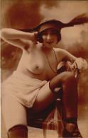 Femme Souriante - Bas  Jarretiere - Prenant La Pause - Seins Nus - Fine Nudes (adults < 1960)