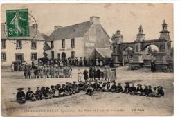 Cpa    PLOUNEOUR MENEZ   La Place  Et L Arc De Triomphe - Andere Gemeenten