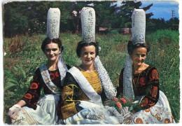 """Folklore De Bretagne - Groupe De Jeunes Filles En Costume Du PAYS """"BIGOUDEN"""" - Non écrite - 2 Scans - France"""