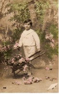 CPA Bonne Année Enfant Garçon Jeune Garçon Tout Vêtu De Blanc Avec Brouette De Fleurs - Losange 646 - Nouvel An