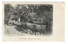 MADAGASCAR  /  RECHERCHE  DE  L´ OR  PAR  SLUICE  ( Orpailleurs, Orpaillage ) - Madagascar