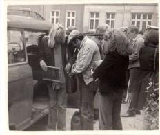 Photo Originale Tournage De Film En RDA Le 05.08.1981 - Foule - Fouille De Sac à Main - Policiers - Voiture - Automobile - Cars