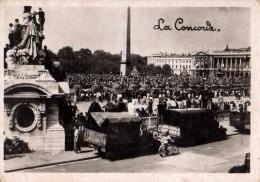 Photo Originale Guerre 39-45 - Place De La Concode à Paris - Camions - Tank - Chars D'assaut - Vélo - Libération ? - Guerre, Militaire