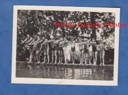 Photo Ancienne Snapshot - Groupe D'enfant Prêt à Sauter - Plongeon Piscine Schwimmbad Kind Kid Boy Garçon Semi Nude - Photographs