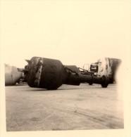 Photo Originale Objet Flottant Non Identifié Type Boué, Mine, à Quai. Commentaires Du Photographe Au Dos 1er Avril 1958 - Schiffe