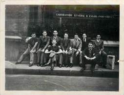 PHOTO DE GROUPE DEVANT LE LABORATOIRE GENERAL D'ESSAIS INDUSTRIELS - Orte