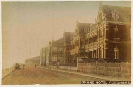 10 -  2 Photos Du Japon 19e -  1) GRAND HOTEL YOKOHAMA   2) ENTRANCE OF HOUSE  Papier Albuminé Et Aquarellé - Anciennes (Av. 1900)