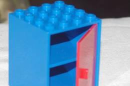 LEGO Ancien BLOC PLACARD  4 X 4   PORTE ROUGE Sur Fond Bleu 2 Etagères APPARTEMENT De POUPEE - Lego System