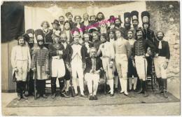 Carte Photo Année 20-très Belle Reconstitution époque Napoléon Bonaparte-armée-grognards-costumes-Bonaparte à Gauche - Guerre, Militaire