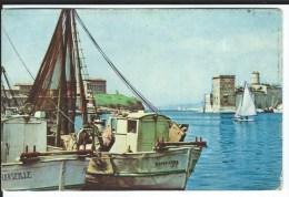 CPSM - Petit Format - 13 - MARSEILLE - Chalutiers à L'amarre Dans Le Vieux-Port  .. Bon état - - Vieux Port, Saint Victor, Le Panier
