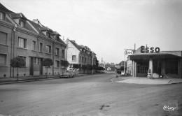 Cpsm : AIRAINES : Avenue Maréchal Leclerc(voir Station Esso) - Francia