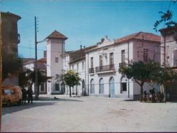 34 - ALIGNAN Du VENT - La Place Et La Mairie. (Voiture: Renault R4 Fourgonnette) - Otros Municipios