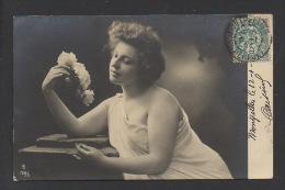 DF / FANTAISIES / FEMMES / JEUNE FEMME DRAPÉE AU BOUQUET DE ROSES / CIRCULÉE EN 1904 - Femmes