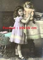 Reproduction D'une Photographie Ancienne D'une Fillette Prenant Sa Poupée Assise Sur Une Table - Reproductions