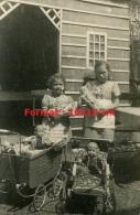 Reproduction D'une Photographie Très Ancienne De Fillettes Avec Leurs Poupées Et Poussettes - Reproductions