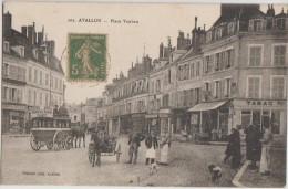 CPA 89 AVALLON La Place Vauban Commerces Tabac Attelage Diligence Publicité Hôtel Du Chapeau Rouge - Avallon