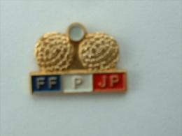 Pin´s FF P JP - FEDERATION FRANCAISE DE PETANQUE ET JEUX PROVENCAUX - Bowls - Pétanque