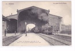 Nimes Le Quai De La Gare Animée Controleur 2 Locomotives En Gare Tres Belle - Nîmes