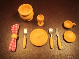 Dinette Miniature En Bois Rond De Serviette Couteau Fourchette Cuillere Assiettes Tasse Gamelle - Miniaturen